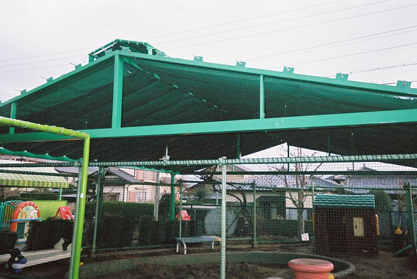 開閉式の屋根になっている保育園の大型砂場テント 愛知県名古屋市